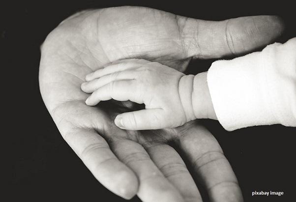 tangan anak sedang memberi