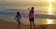 Anak bermain di laut